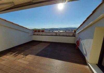 Tarima sintética en terraza ático.